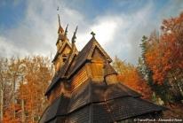 Stavkirke de Fantoft : une église norvégienne en bois debout dans la forêt d'automne