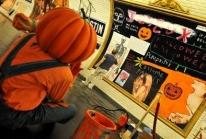 Troy Henriksen amène l'Halloween disneyien dans le métro parisien