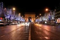 Les Champs-Elysées s'illuminent du bleu européen pour Noël