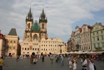 Prague – Notre-Dame de Týn hussite culmine sur la vieille ville